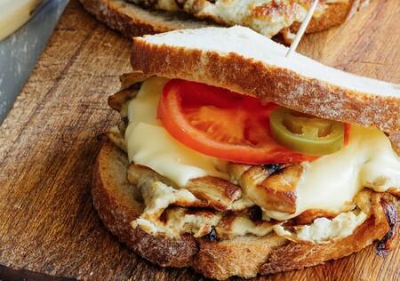 Sándwich de huevo con champiñones y cebolla. Receta fácil