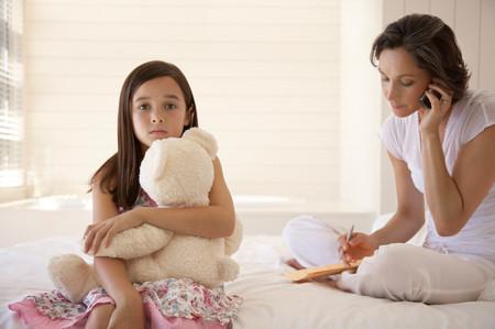 Madre En El Movil Con Hija
