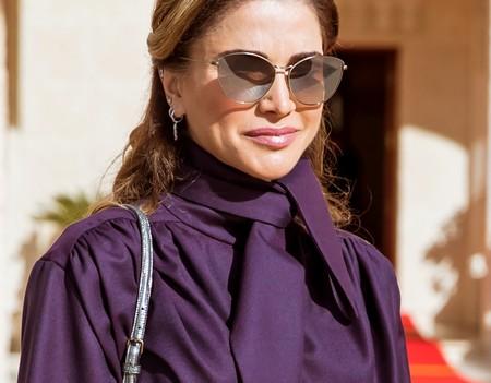 Rania de Jordania lo tiene claro: el ultravioleta se lleva ladylike, pero con piercings en las orejas