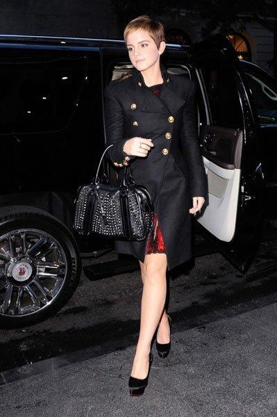 Me encanta el bolso y el trench de Emma Watson