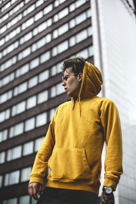 Apostamos al color de moda más optimista de la temporada con éstas sudaderas amarillas en rebajas que fichamos en El Corte Inglés