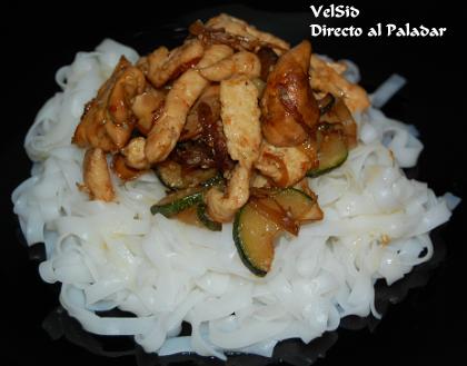 Fideos de arroz con pollo y setas