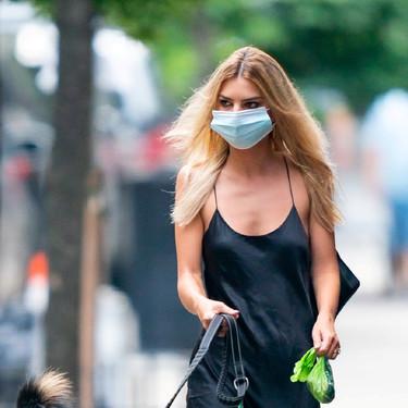 Con vestido de satén o con blusa transparente, Emily Ratajkowski ha convertido Nueva York en su pasarela de moda personal