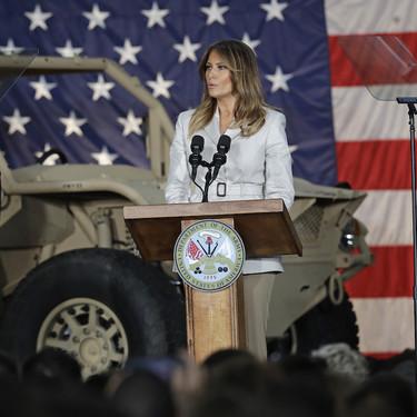 El día en que Melania Trump lució una chaqueta diseñada por una influencer en una visita a las tropas americanas