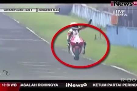 Escalofriante e inexplicable accidente en el Asia Road Racing