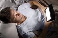 Leer de una pantalla antes de dormir, puede alterar nuestro descanso