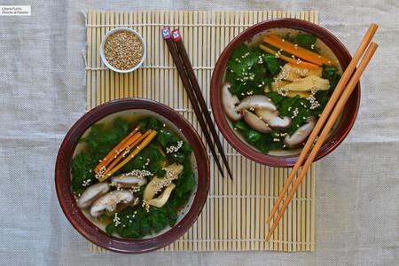 Sopa de pollo con espinacas en caldo de alga kombu y setas: receta ligera y reconfortante de inspiración japonesa