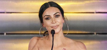 El falso piercing de Kim Kardashian y su último look total white sorprenden en los Impact Awards