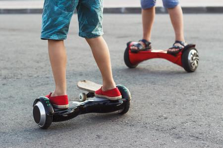 ¿Tu hijo tiene un patinete eléctrico o un hoverboard? Estas son las recomendaciones de uso para niños que debes conocer