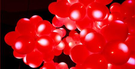Decoración navideña: globos rojos iluminados
