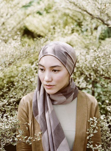 La moda del hijab llega a Reino Unido gracias a la colección Hanna Tajima x Uniqlo