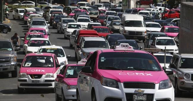 """A partir de este año los taxis de CDMX se """"uberizarán"""" y cambiarán taxímetro por tablet"""
