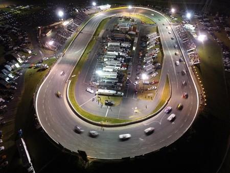 """Un circuito que usó NASCAR realizó una """"carrera de protesta"""", rompiendo protocolos de pandemia, asisten más de 2,000 personas"""