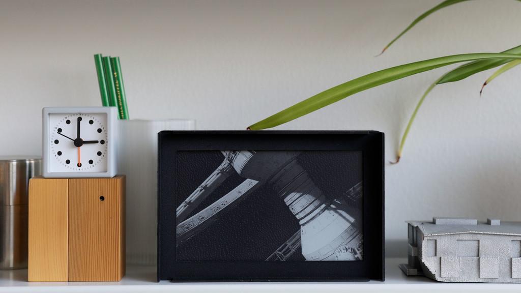 La tinta electrónica y la reproducción a súper-cámara lenta pueden ser una original y cambiante forma de decorar la casa