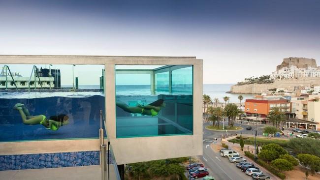 Pe scola estrena una piscina suspendida en el aire y con - Piscina de cristal ...