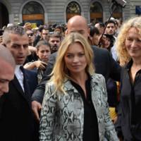 Kate Moss es la pitón de Gucci (inspirada por los bolsos de Jacqueline Kennedy)