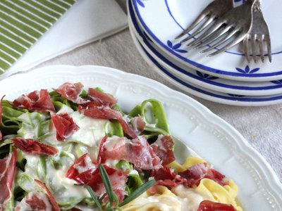 Paja y heno con salsa de queso y coppa di parma. Receta italiana de pasta