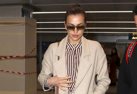 Irina Shayk nos enseña el look de aeropuerto definitivo para arrasar en tu llegada a cualquier ciudad del mundo