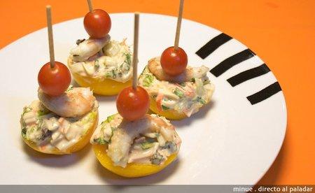 Receta de montaditos de melocotón con ensalada de marisco