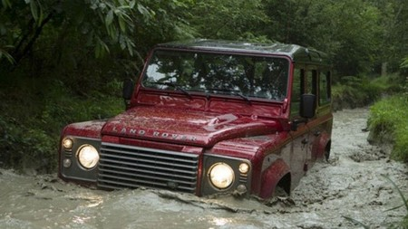 Land Rover Defender rojo