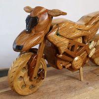 Esta Ducati Hypermotard es una pequeña moto hecha sólo con madera, pocas herramientas y mucha imaginación