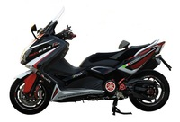 Elige: Scooter preparado (Yamaha T-Max500), o motocicleta de serie