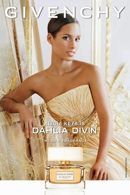 Alicia Keys posa para el perfume Dahlia Divin de Givenchy bajo una lluvia de oro