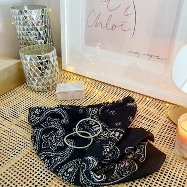 Cómo hacer una mascarilla casera de tela con solo un pañuelo, dos gomas del pelo y en un minuto