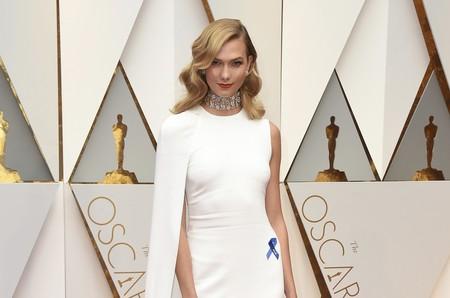 ¡Lío familiar a la vista! La historia que esconde el lazo azul de Karlie Kloss en los Oscar 2017