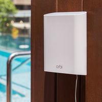 Netgear presenta un nuevo adaptador Orbi para exteriores con el que llevar tu WiFi al jardín de casa