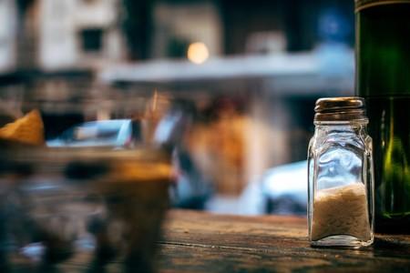 La sal de tu dieta no solo proviene del salero de mesa: dónde está, cómo identificarla y cómo moderar su consumo