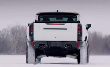 El Hummer eléctrico pasea sus 1.000 CV sobre nieve en este vídeo y nos deleita con su 'modo cangrejo'