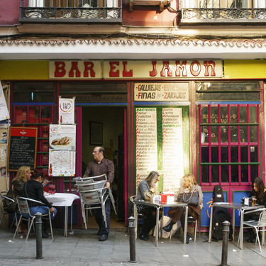 Nuestra fiesta nacional es el aperitivo: las doce tapas que se consumen en toda España, su historia y sus mejores recetas