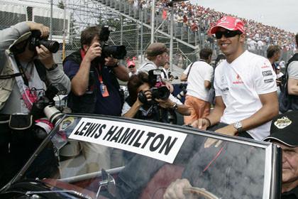 Hamilton y McLaren se crecen ante la adversidad