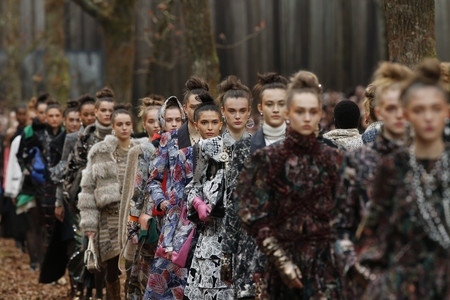 Chanel cierra la PFW con una misión: botas doradas y bufandas XL serán virales en unos meses