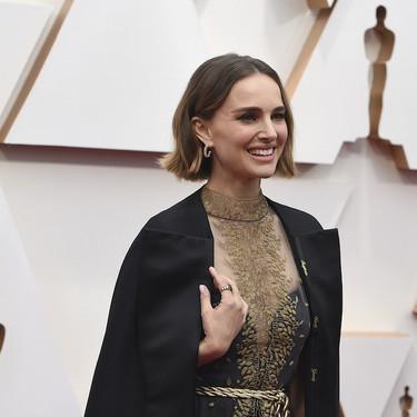 Natalie Portman da una lección de estilo y elegancia en la alfombra roja de los Oscar 2020 con su vestido (y su capa con detalles únicos)