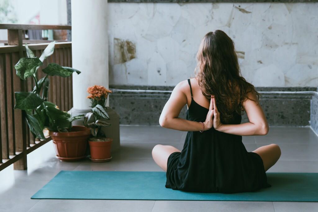 Cinco posturas de Yoga perfectos si teletrabajas y te mueves poco