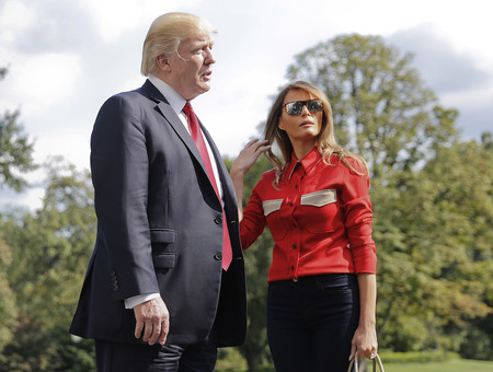 Melania Trump sorprende (y mucho) con la camisa roja más comentada del momento