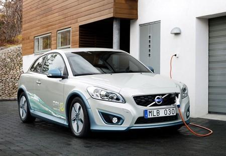 Volvo C30 eléctrico recargando