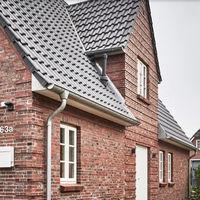 Puertas abiertas; tradición en el exterior y estilo nórdico minimalista en el interior