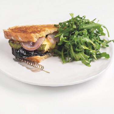 Sándwich de verduras marinadas al pesto con ensalada de arúgula. Receta vegetariana