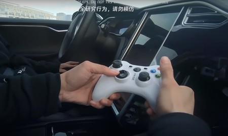 Consiguen conducir un Tesla Model S con el mando de una videoconsola y engañar al Autopilot con pegatinas