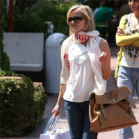 Reese Witherspoon luce como Elle Woods fuera de la pantalla