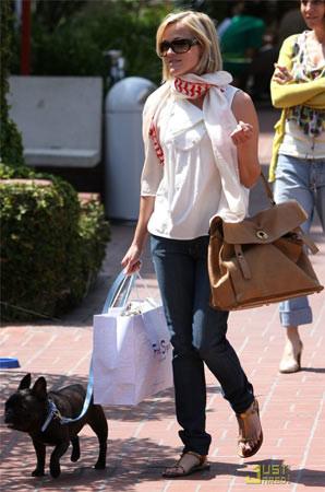 Reese Witherspoon luce como Elle Woods fuera de la pantalla