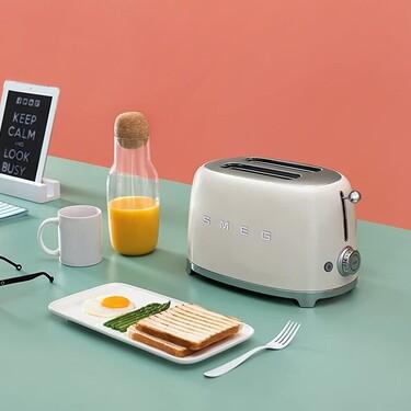 Tu cocina, más retro que nunca con estas tostadoras Smeg: seis modelos a todo color
