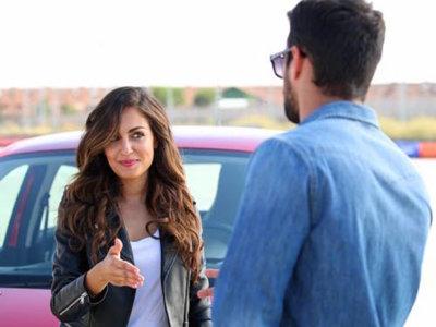 Hiba Abouk vs Jesús Castro aparcando un Twingo ¿quién ganará el reto?