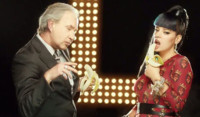 Lily Allen hace frente a la industria con sus propias armas en 'Hard Out Here'