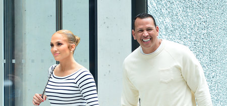 Jennifer Lopez se pasa al lado más veraniego con su look de rayas marineras. ¿Le favorece este estilo mucho menos sexy?