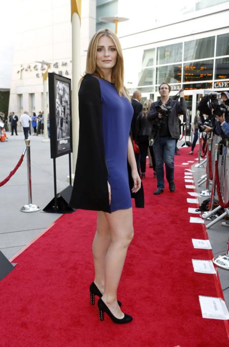 Mischa Barton con vestido azul klein