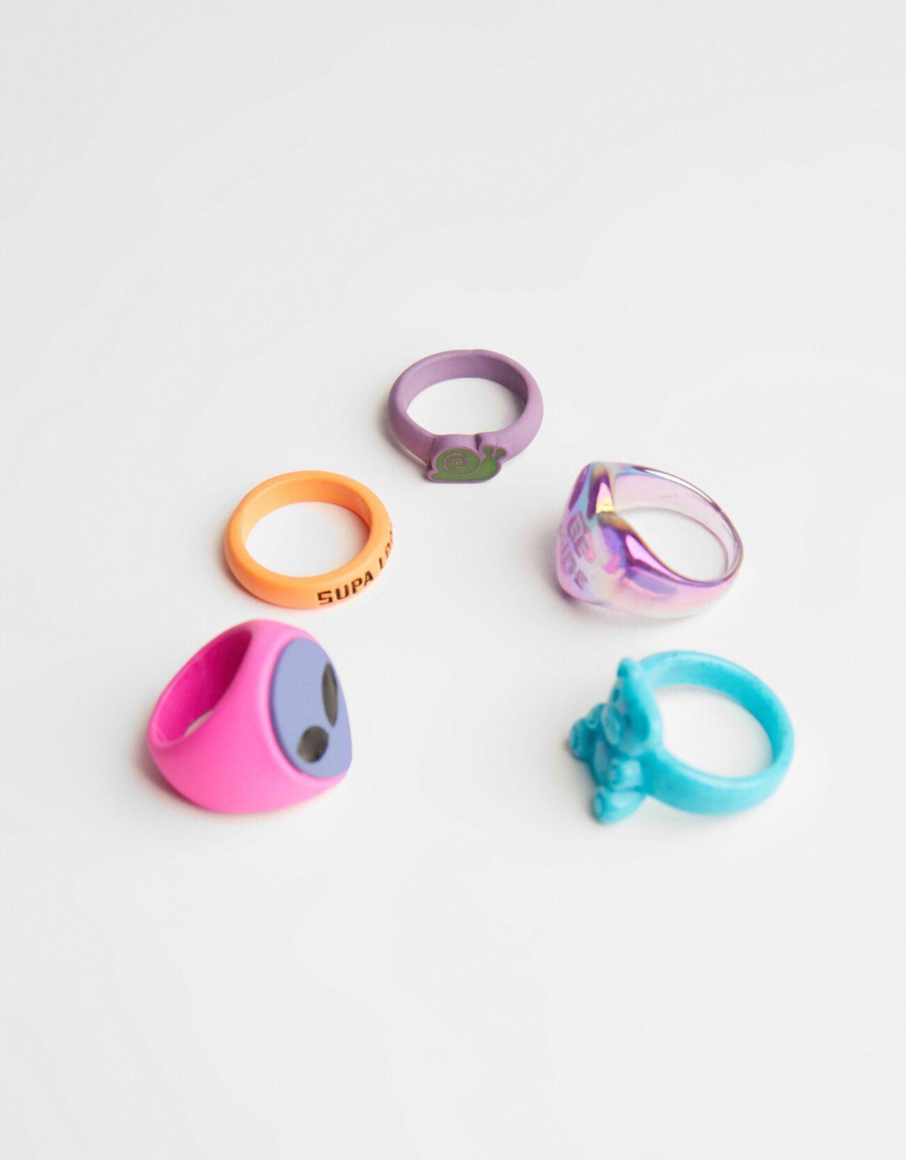 Set de cinco anillos de plástico con formas y diseños